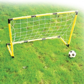 Bramka piłkarska z piłką